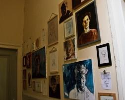 Annemieke autoportretų galerija koridoriuje