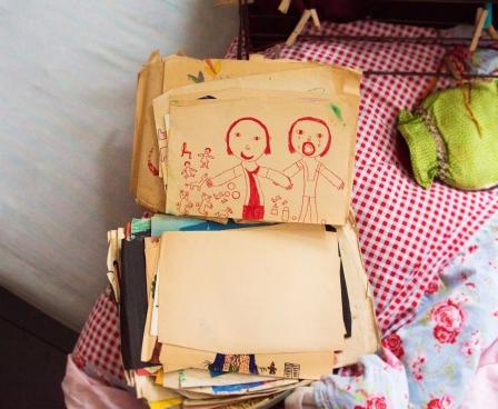 Annemieke leido įkišti nosį į jos vaikystės piešinius. Šiame ji nupiešė, kuris gavo daug žaislų, o kitas - nieko neturi.