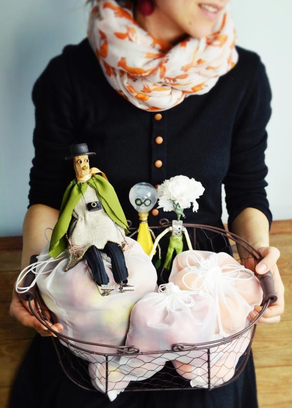 """,,Žalios žinutės"""" maišeliai ir padirbtukai įkūrėjos Monikos rankose. Nuotrauka: Akimirkų Gaudyklės"""